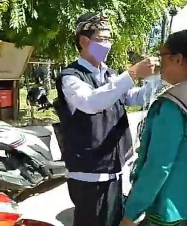 Bupati bagi masker